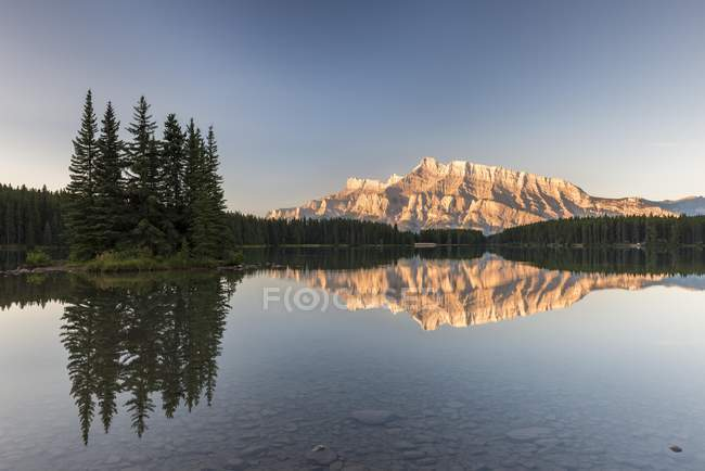 Two Jack Lake with reflection of Mount Rundle and trees at sunrise, Banff National Park, Canadian Rocky Mountains, Alberta, Canada, North America — Stock Photo