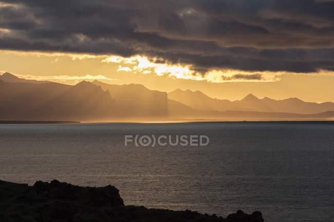 Крутой берег под резкое небо вблизи Hellnar и Arnastapi, полуостров Snaefellsness, Западная Исландия, Исландии, Европа — стоковое фото