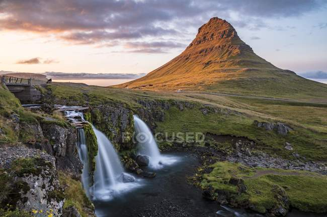 Kirkjufellsfoss Waterfall and Mount Kirkjufell near Grundarfjordur, Snaefellsnes, Western Iceland, Iceland, Europe — Stock Photo