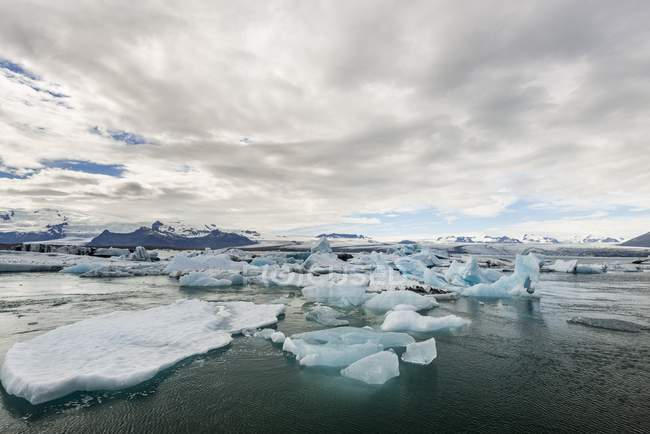 Floating icebergs in glacier lagoon Jokulsarlon by glacier tongue of Vatnajokull, Iceland, Europe — Stock Photo