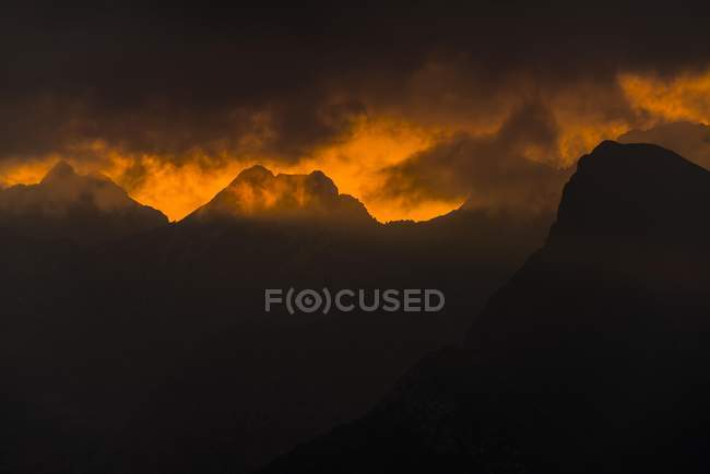 Dramatic clouds above Lechtal mountains at sunrise, Elmen, Lechtal, Reutte District, Tyrol, Austria, Europe — Stock Photo