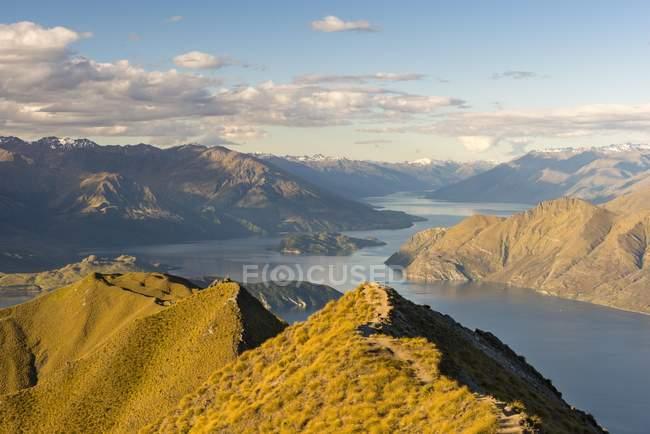 Вид с воздуха от Ройс пик и Рой горы на озеро Ванака и горы, Otago, Southland, Новая Зеландия, Океания — стоковое фото