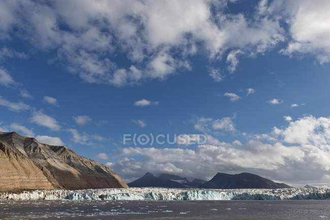 Scenery of Kongsbreen Glacier, Kongsfjorden, Spitsbergen, Svalbard Islands, Svalbard and Jan Mayen, Norway, Europe — Stock Photo