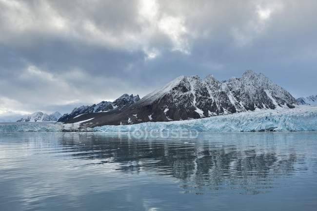 Reflection of mountains and Monacobreen glacier, Liefdefjorden fjord, Spitsbergen, Svalbard Islands, Svalbard and Jan Mayen, Norway, Europe — Stock Photo