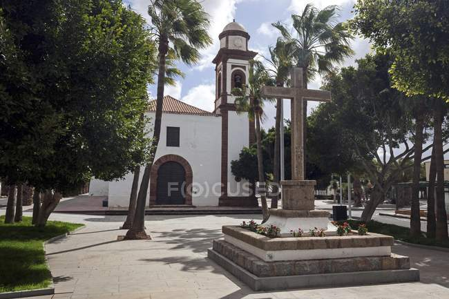 Parish church of Nuestra Senora de Antigua with cross and palms, Antigua, Fuerteventura, Canary Islands, Spain, Europe — Stock Photo