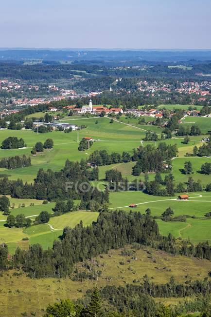 Vila no prado verde da municipalidade de Gasciach com pântano de Hochfilzen, Tolz mau, Isarwinkel, Bavaria superior, Baviera, Alemanha, Europa — Fotografia de Stock