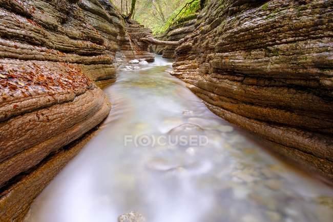 Córrego da água do Rio de Taugl entre rochas do desfiladeiro de Tauglbach, Tauglbachklamm, distrito de Hallein, Salzburg, Áustria, Europa — Fotografia de Stock