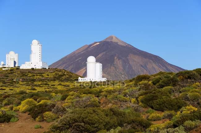 Teide Sternwarte mit Teide Vulkan in der Ferne, Teide Nationalpark, Teneriffa, Kanarische Inseln, Spanien, Europa — Stockfoto