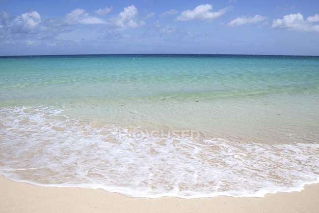 Песчаный пляж, серфинг и бирюзовое море с облаками, Плайя Баджо Негро, природный парк Корралехо, Фуэртевентура, Канарские острова, Испания, Европа — стоковое фото