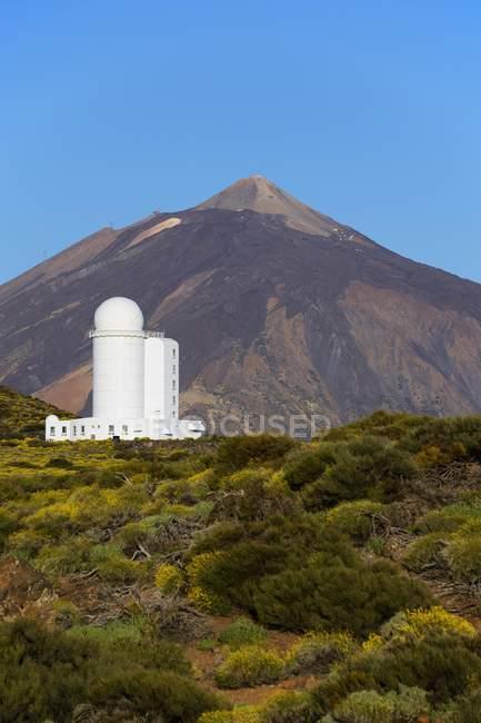 Observatoire du Teide avec volcan Teide à distance, parc national du Teide, Tenerife, Iles Canaries, Espagne, Europe — Photo de stock