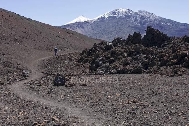 Caminhante na paisagem vulcânica, Pico del Teide nevado e pico Viejo, Parque Nacional de Teide, local do Património Mundial do UNESCO, Tenerife, Ilhas Canárias, Spain, Europa — Fotografia de Stock