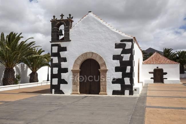 Édifice blanc de la chapelle d'Ermita Nuestra Señora de la Caridad, Tindaya, Fuerteventura, Iles Canaries, Espagne, Europe — Photo de stock