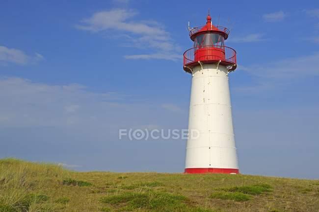 Leuchtturmliste West an der grasbewachsenen Küste, Ellenbogen, Sylt, Nordfriesische Inseln, Nordfriesland, Schleswig-Holstein, Deutschland, Europa — Stockfoto