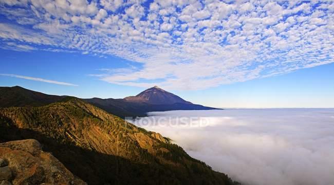 Pico del Teide no nascer do sol sobre nuvens de vento do comércio, Parque Nacional de Teide, Tenerife, Ilhas Canárias, Spain, Europa — Fotografia de Stock