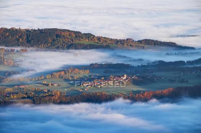Вакерсберг с утренним туманом, Ленгрис, Исарвинкель, Верхняя Бавария, Бавария, Германия, Европа — стоковое фото