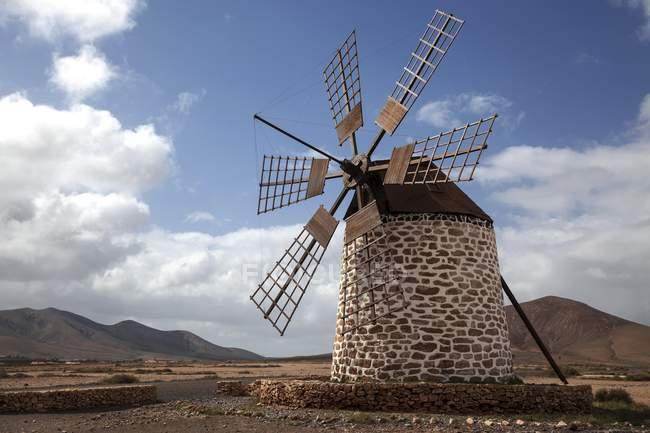 Moinho de vento na paisagem estéril de Molino de Tefia, Tefia, Fuerteventura, Ilhas Canárias, Spain, Europa — Fotografia de Stock