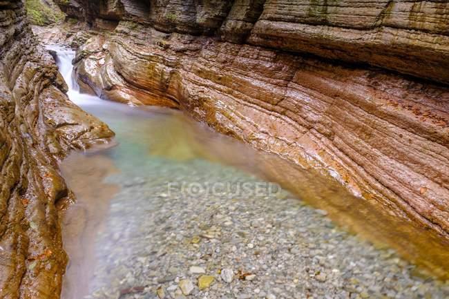 Flux d'eau de la rivière Taugl entre les rochers de Tauglbach gorge, Tauglbachklamm, Hallein district, Salzbourg, Autriche, Europe — Photo de stock