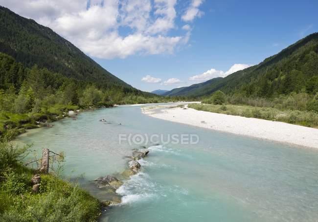 Река Изар в регионе Вордеррисс близ Ленгриса, Исарвинкель, Верхняя Бавария, Бавария, Германия, Европа — стоковое фото