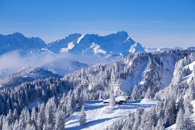 Cabane de montagne tolzer hutte, Brauneck, Wetterstein et Zugspitze derrière, Lenggries, Isarwinkel, Haute-Bavière, Bavière, Allemagne, Europe — Photo de stock