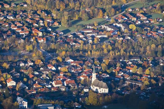Lenggries com Igreja de paróquia do St James, vista aérea de Geierstein, Isarwinkel, Bavaria superior, Baviera, Alemanha, Europa — Fotografia de Stock
