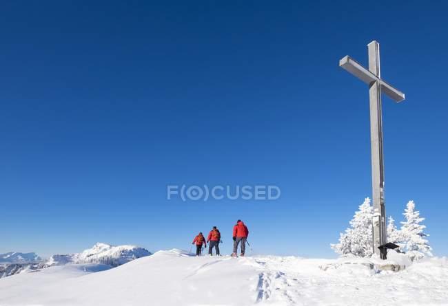 Randonneurs de ski au sommet, Brauneck, Lenggries, Isarwinkel, Haute-Bavière, Bavière, Allemagne, Europe — Photo de stock