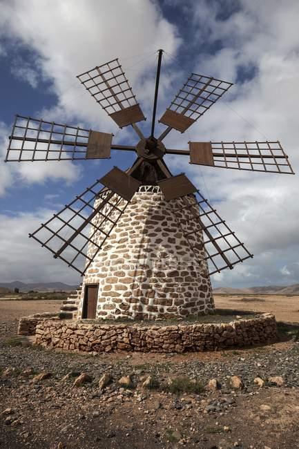 Windmühle in karge Landschaft von Molino de Tefia, Tefia, Fuerteventura, Kanarischen Inseln, Spanien, Europa — Stockfoto