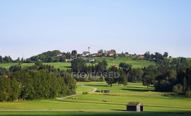 Vila no prado verde da municipalidade de Gasciach, Isarwinkel, Bavaria superior, Baviera, Alemanha, Europa — Fotografia de Stock