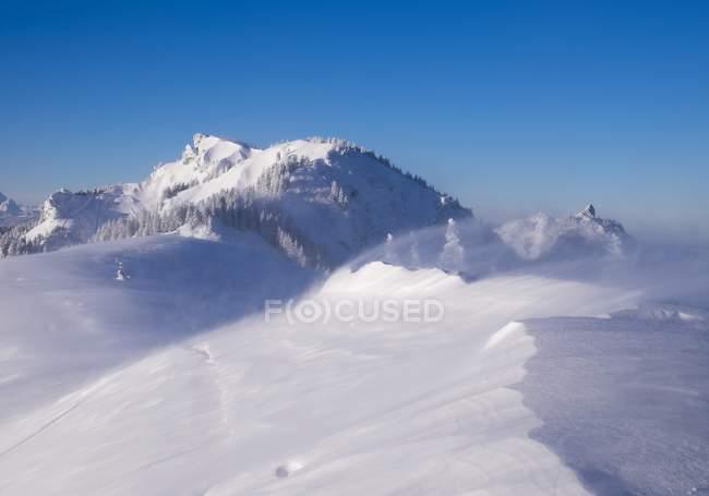 Windige Schneeflocken auf Brauneck-Gipfel, Latschenkopf und Stangeneck hinten, Lenggries, Isarwinkel, Oberbayern, Bayern, Deutschland, Europa — Stockfoto