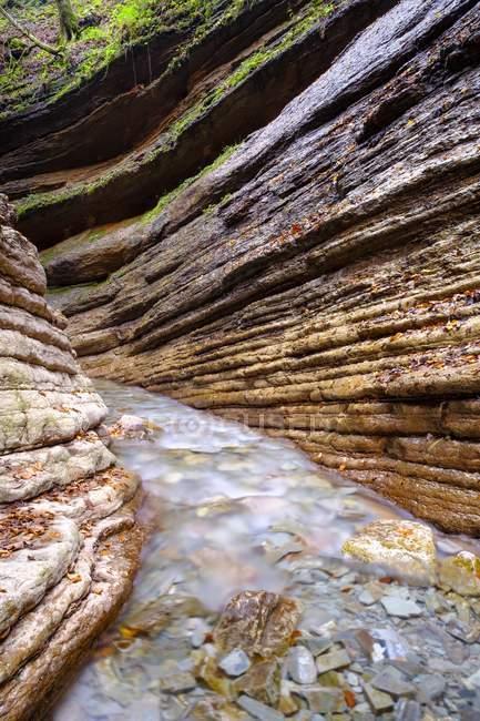 Водный поток реки Таугл между скалами ущелья Тауглбах, Тауглбахклам, Халлейн, Зальцбург, Австрия, Европа — стоковое фото