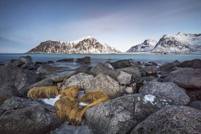 Rocky coast with scenic mountains, Skagsanden Beach, Lofoten, Norway, Europe — Stock Photo