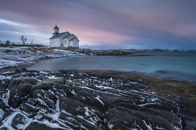 Gimsoykirke landscape with Gimsoy church at dusk, Gimsoykirke, Gimsoy, Lofoten, Norway, Europe — Stock Photo
