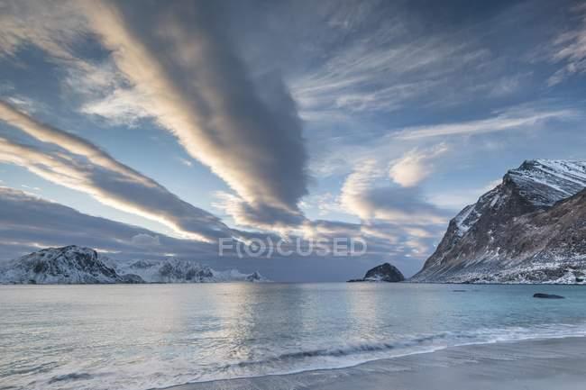 Haukland пляж под живописным cloudscape в Европе Vestvagoy, Лофотенских островах, Норвегия, — стоковое фото