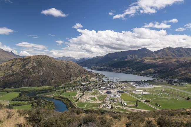Queenstown and Lake Wakatipu, Otago, South Island, New Zealand, Oceania — Fotografia de Stock