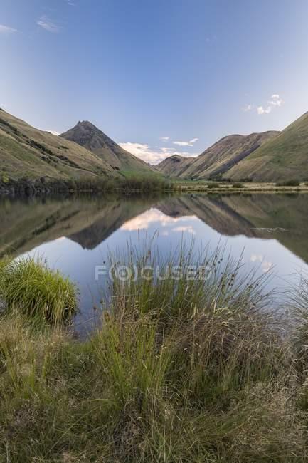 Отражение гор в озеро Moke вблизи Queenstown, Otago, Южный остров, Новая Зеландия, Океания — стоковое фото