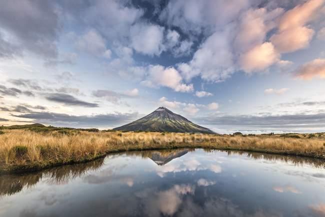 Стратовулкан Гора Таранаки, отражающие в Тарн Pouakai, Национальный парк Гора Эгмонт, Таранаки, Северный остров, Новая Зеландия, Океания — стоковое фото