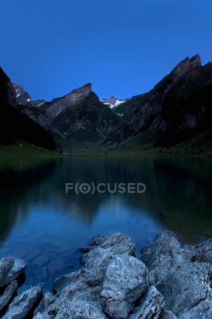 Seealpsee-See im Alpsteingebirge Gebirge mit Säntis zur blauen Stunde, Appenzell, Schweizer Alpen, Schweiz, Europa — Stockfoto