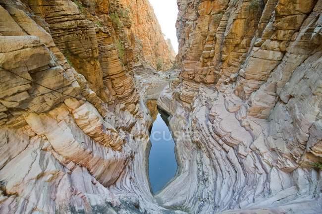 Piscine à la fin du Canyon rocheux avec tracé de corde fixe sur olive Trail, parc national de Naukluft, Namibie, Afrique — Photo de stock