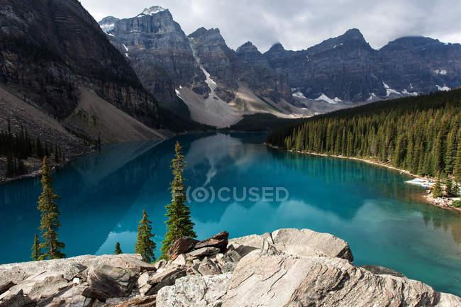 Lake Moraine with Wenkchemna Range in Banff National Park, Canadian Rockies, Alberta, Canada, North America — Stock Photo