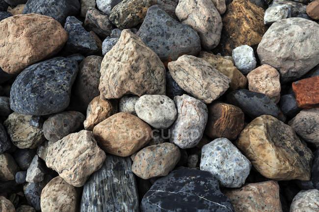 À motifs bigarrés pierres et rochers à l'extérieur — Photo de stock