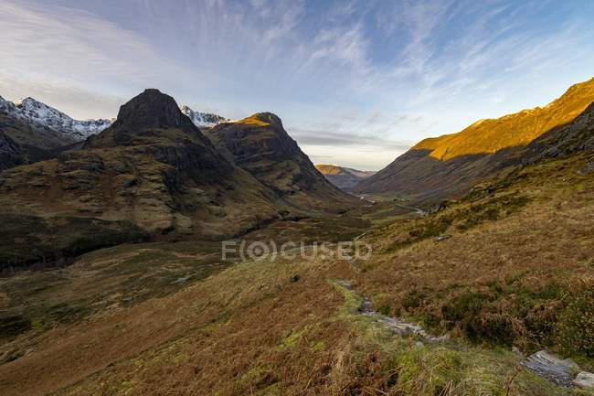 Hiking trail in mountain scenery with peaks of Stob Coire nan Lochan, Glen Coe, west Highlands, Scotland, United Kingdom, Europe — Stock Photo