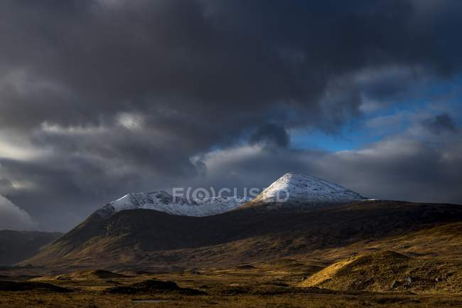 Snowy mountain peaks of Meall aBhiridh and Clach Leathad and dramatic clouds, Glen Coe, Rannoch Moor, west Highlands, Scotland, United Kingdom, Europe — Stock Photo
