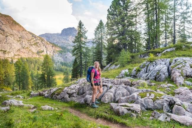 Junge weibliche Wanderer auf Wanderweg zum Feldkogel, Nationalpark Berchtesgaden, Berchtesgadener Land, Upper Bavaria, Bavaria, Germany, Europa — Stockfoto