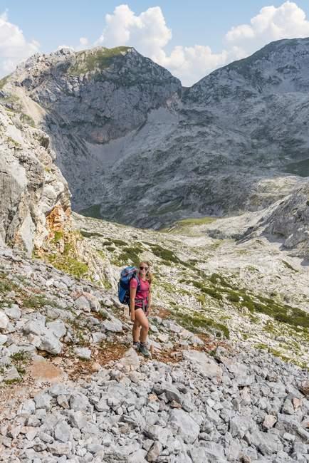 Viandante con lo zaino sul sentiero in Funtenseetauern, Steinernes Meer, Parco nazionale di Berchtesgaden, Upper Bavaria, Baviera, Germania, Europa — Foto stock