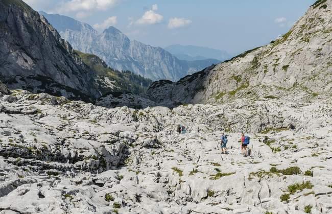 Escursionisti attraversano rocce, Funtenseetauern, Steinernes Meer, Parco nazionale di Berchtesgaden, Upper Bavaria, Baviera, Germania, Europa — Foto stock