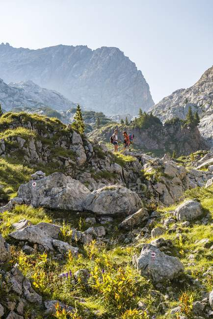 Deux randonneurs femelles sur les rochers dans la montagne paysage, Stuhlgraben, Steinernes Meer, parc National de Berchtesgaden, Haute Bavière, Bavière, Allemagne, Europe — Photo de stock
