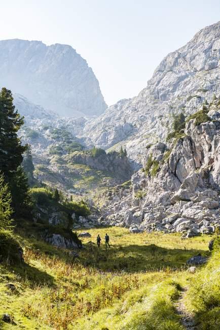 Due escursionisti a distanza in montagna paesaggio, Steinernes Meer, Stuhlgraben, Funtenseetauern, Parco nazionale di Berchtesgaden, Upper Bavaria, Baviera, Germania, Europa — Foto stock