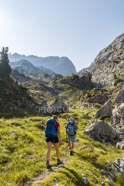 Due escursionisti sul sentiero escursionistico in montagna paesaggio, Stuhlgraben, Parco nazionale di Berchtesgaden, Upper Bavaria, Baviera, Germania, Europa — Foto stock