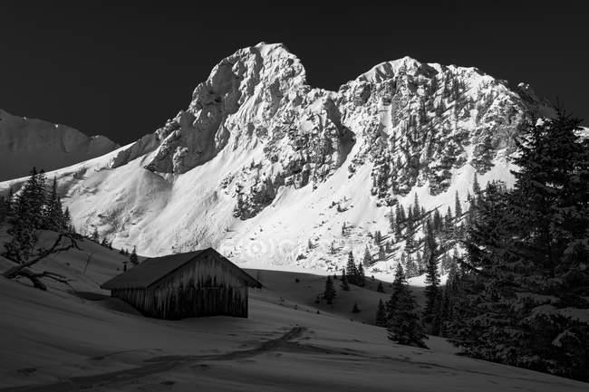 Горные хижины перед снегом глав государств Европы, Gehrenspitze, Auerfern, Тироль, Австрия, Reutte — стоковое фото