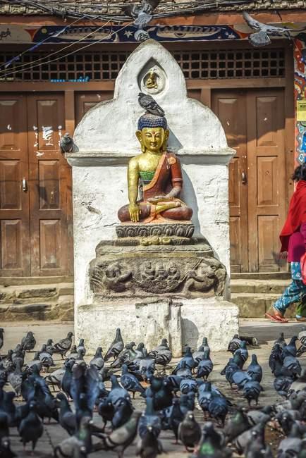 Buddha statue at Kathesimbhu Stupa with doves, Kathmandu, Himalaya region, Nepal, Asia — Stock Photo