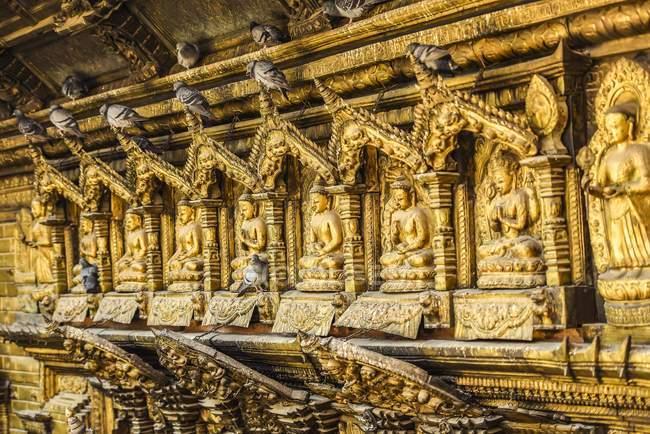 Buddha statues and doves in Golden Temple, Patan, Kathmandu Valley, Himalaya Region, Nepal, Asia — Stock Photo